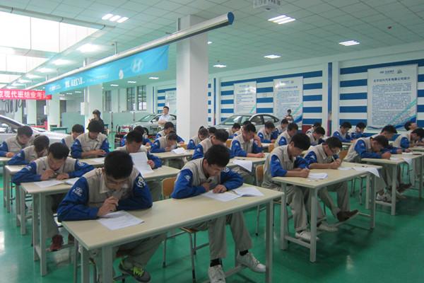 6月20日至21日,我院校企合作重点项目第二届北京现代班毕业生考核、就业双选会在我院举行。北京现代售后服务部郭明经理与来自山东各地13家经销商共同参与了本次招聘工作,最大程度地体现了校企人才培养和选拔的公平性、公正性、公开性。 北京现代学员招聘工作是学员修完学业经考核合格后,由北京现代售后服务部统一组织招聘会,面向山东省内的北京现代4S店推荐就业岗位。本次招聘工作首先对学员进行了理论与实操的考核,主要考查北京现代企业文化、相关专业课理论与典型工作任务的实操等内容。随后在郭明经理主持下,各4S店代表与11